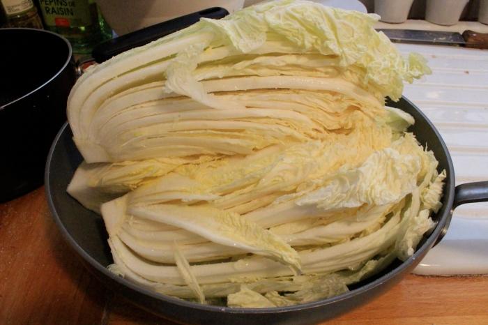 自己做酸菜,剛撒完鹽的大白菜